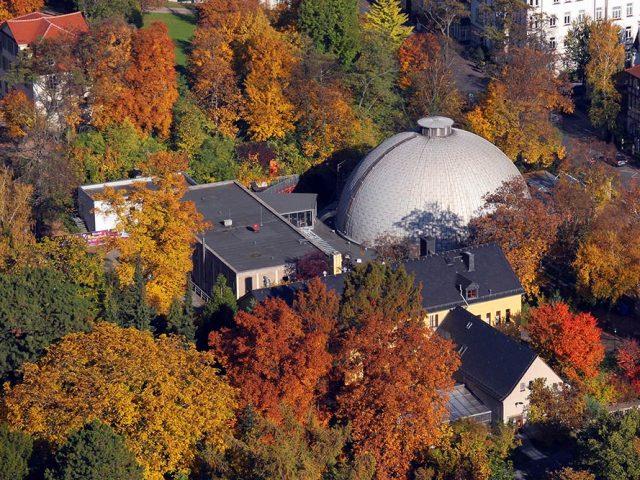 Planetarium Jena in Herbstfarben